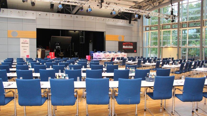 Foto zeigt leeren Veranstaltungssaal